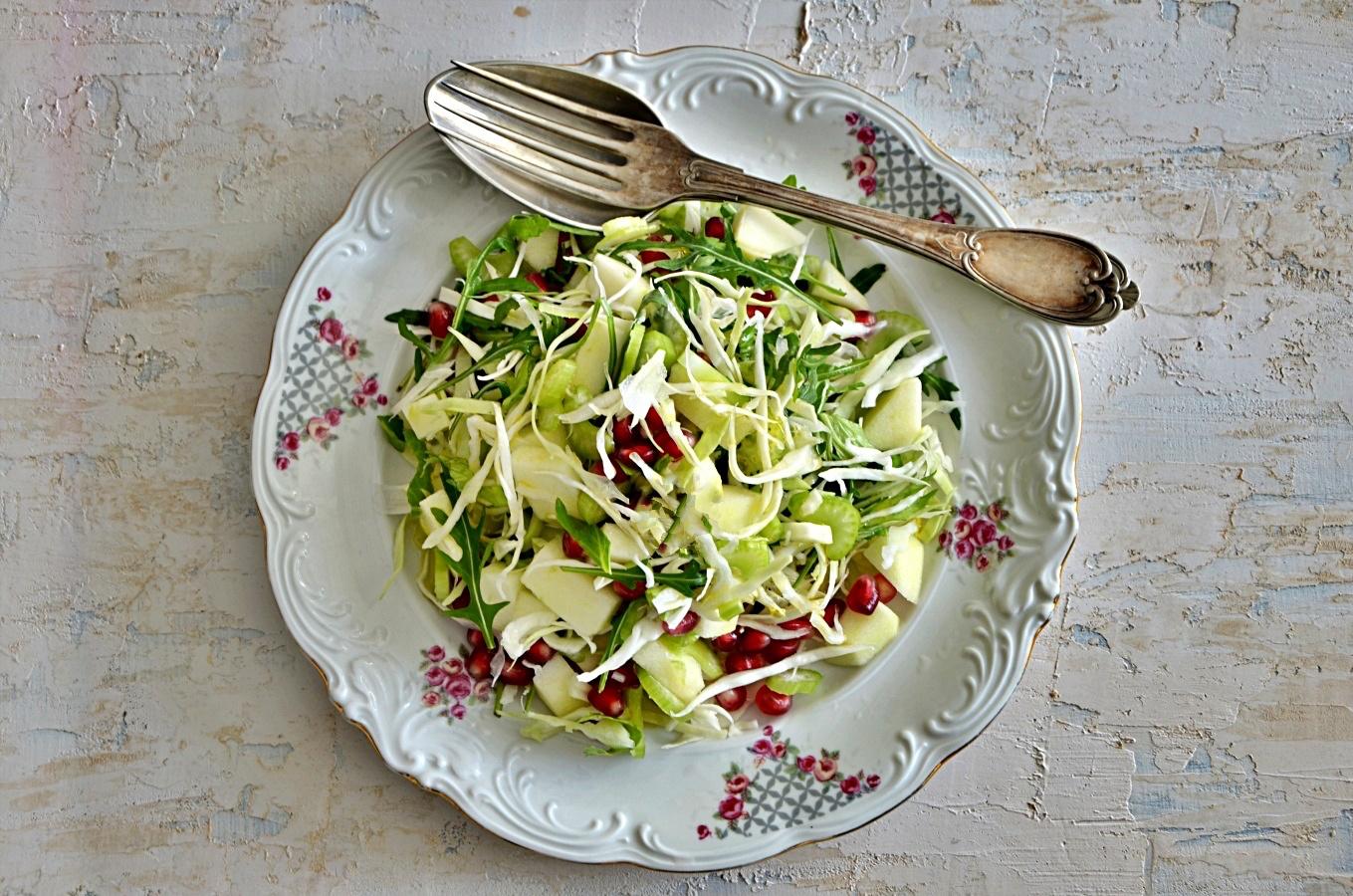 Gemischter Salat mit Granatapfel und grünem Apfel